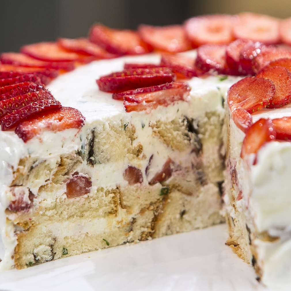 Изобразяване на рецептата Торта с козунак и ягоди