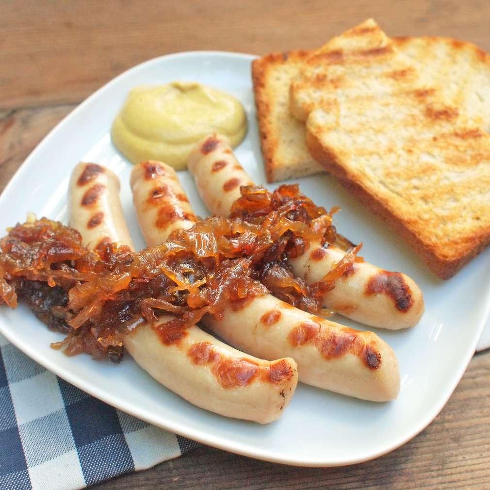 Zobrazit Grilovaná vinná klobáska s karamelizovanou cibulí receptů