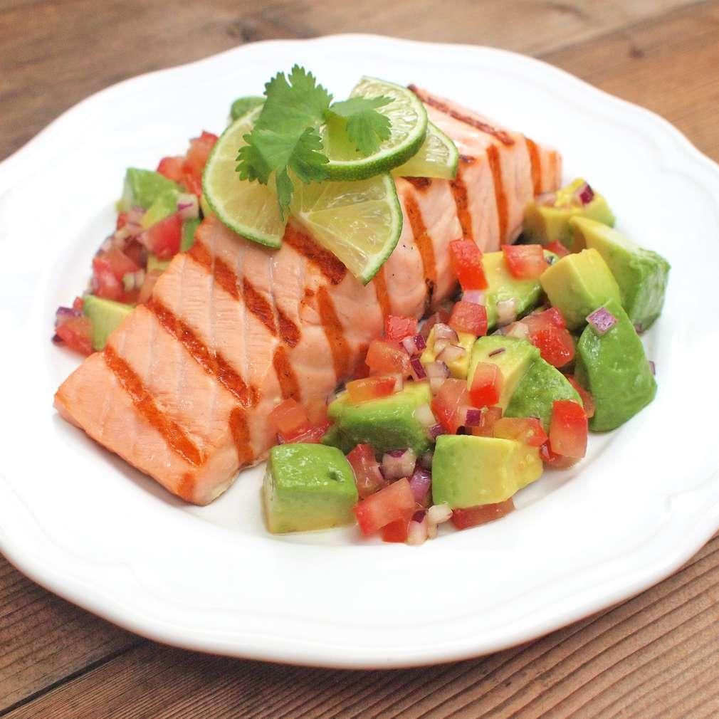 Zobrazit Losos na grilu s avokádovým salátem receptů