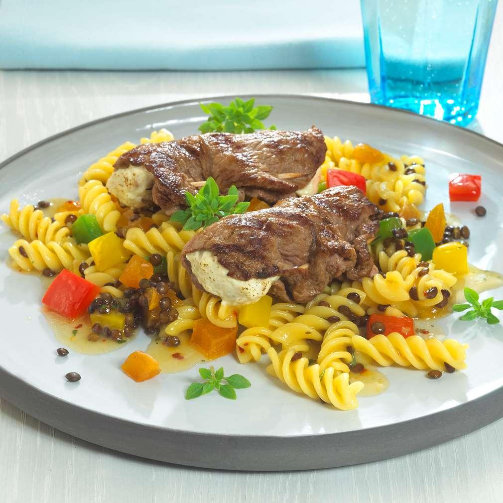 Abbildung des Rezepts Gefüllte Steaks südafrikanische Art mit Nudel-Linsen-Salat