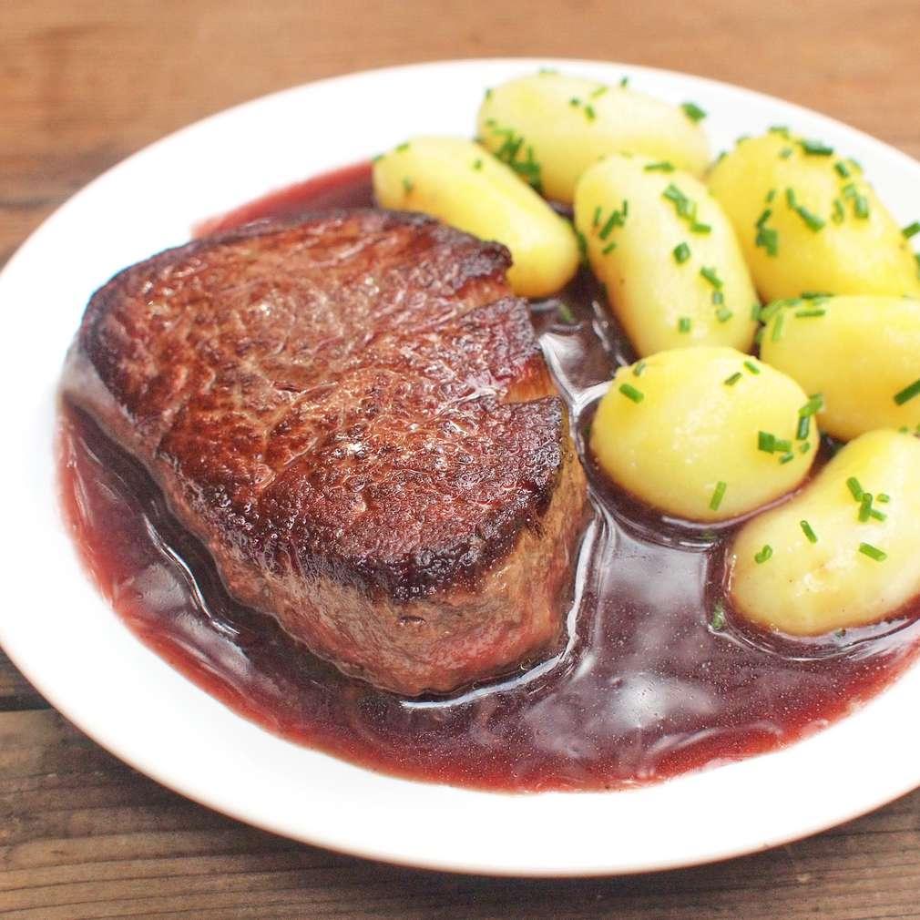 Zobrazit Hovězí steak s omáčkou z červeného vína receptů