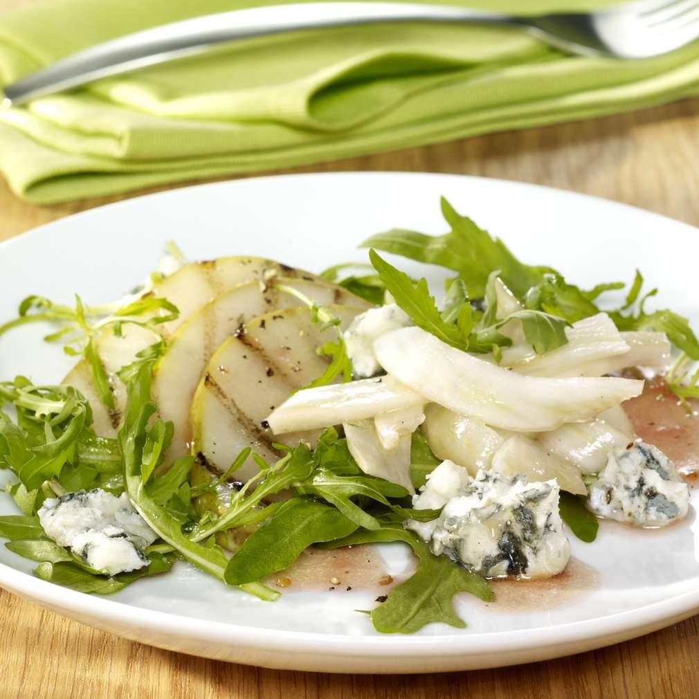 Abbildung des Rezepts Rucola-Salat mit gegrillten Birnenspalten und Roquefortkäse