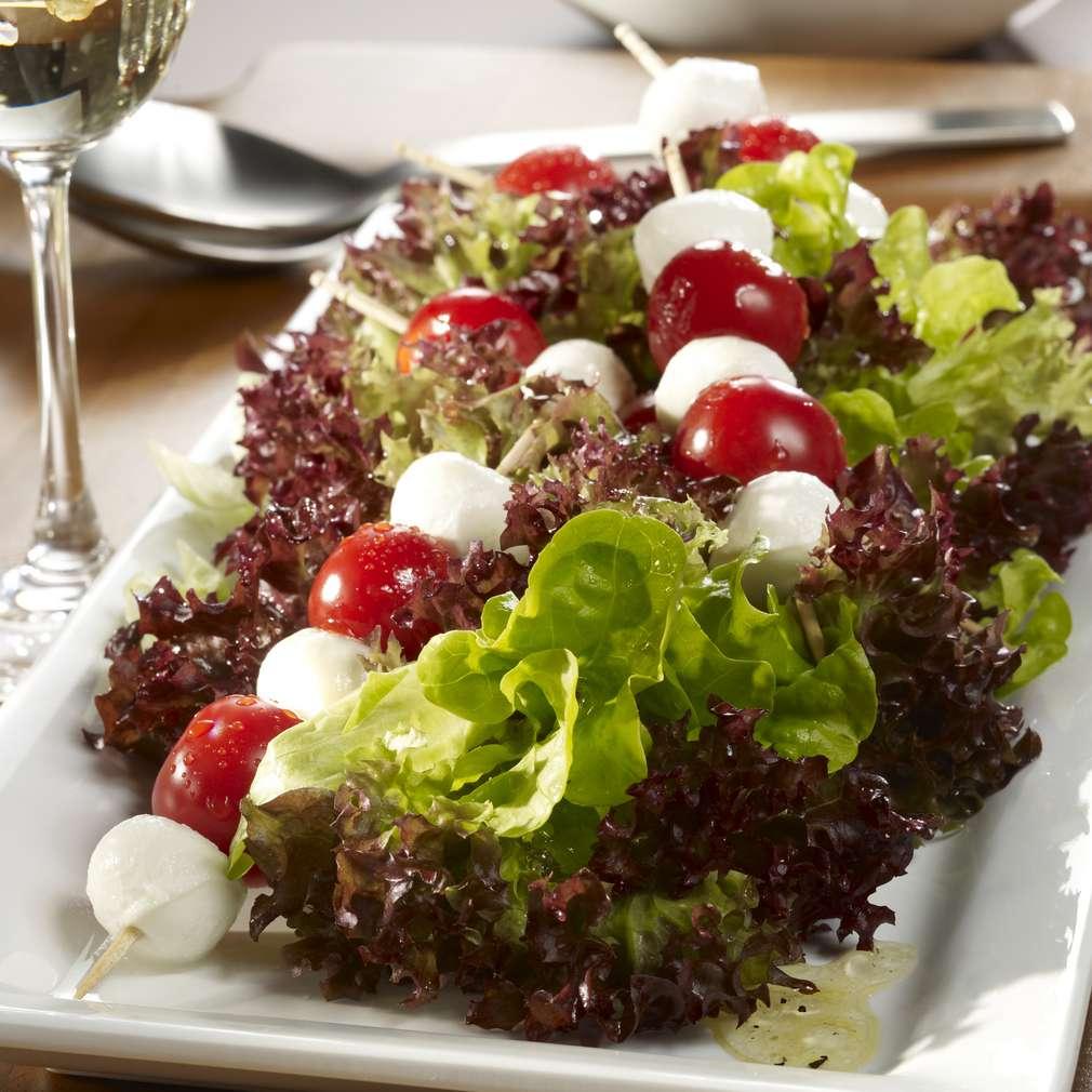 Abbildung des Rezepts Bunte Blattsalate mit Tomaten-Mozzarella-Spießen