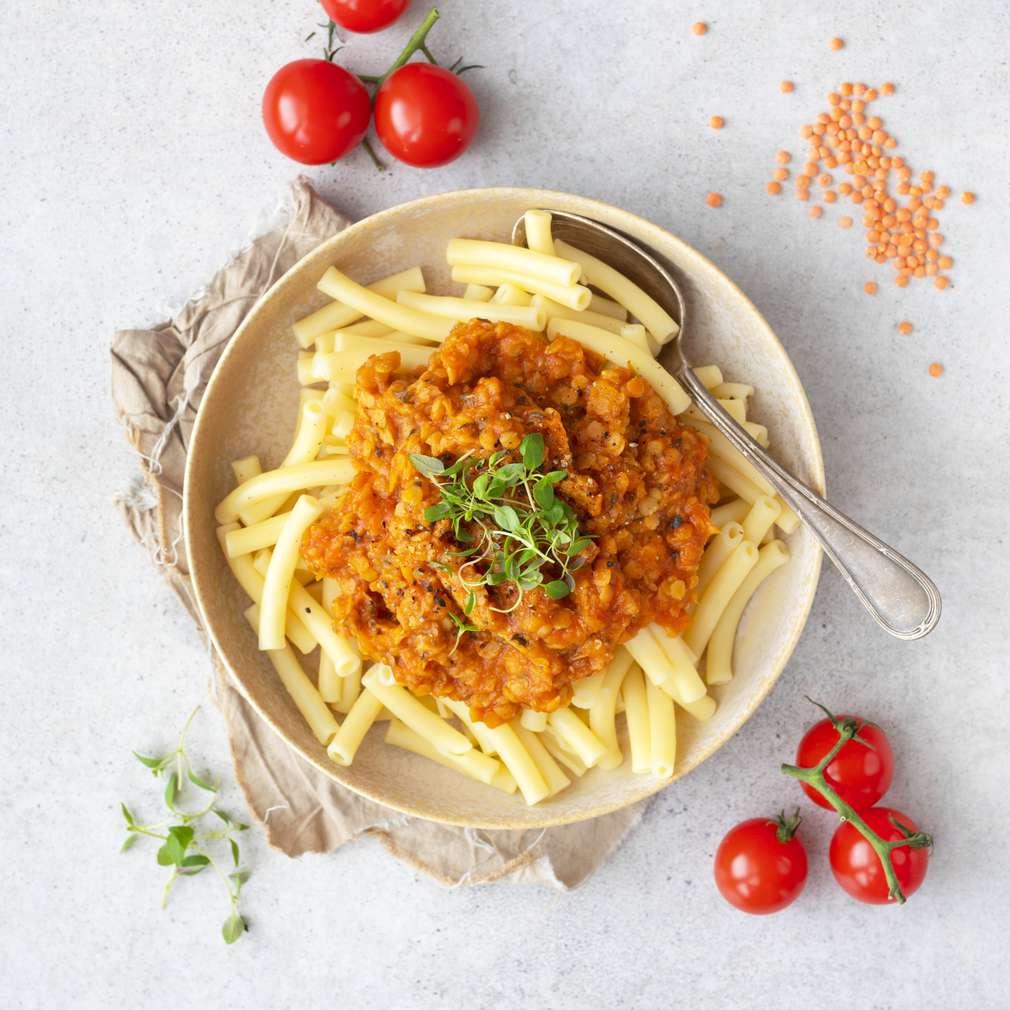 Zobrazit Těstoviny s rajčatovou omáčkou z červené čočky receptů