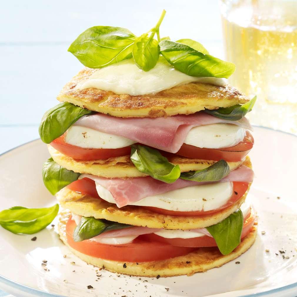 Zobrazit Palačinkový sendvič s mozzarellou a rajčaty receptů