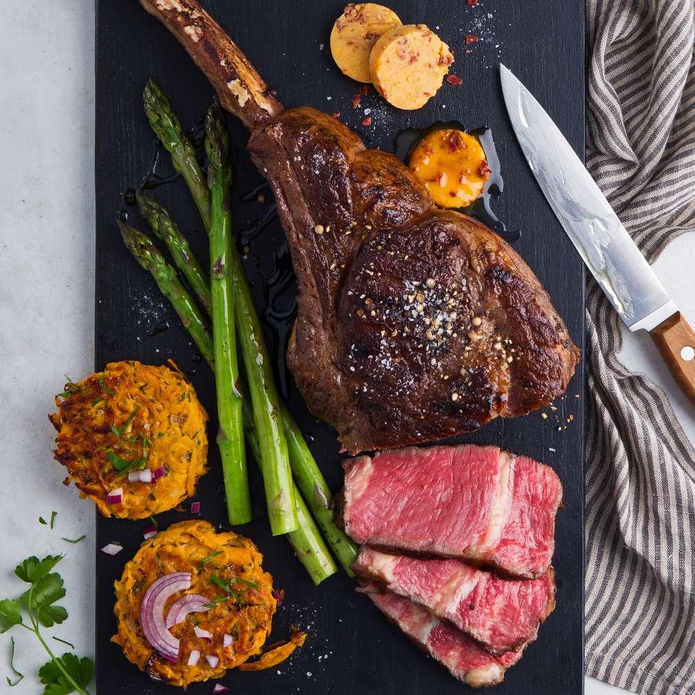 Abbildung des Rezepts Rückwärts gegrilltes Tomahawk-Steak mit Bacon-Butter
