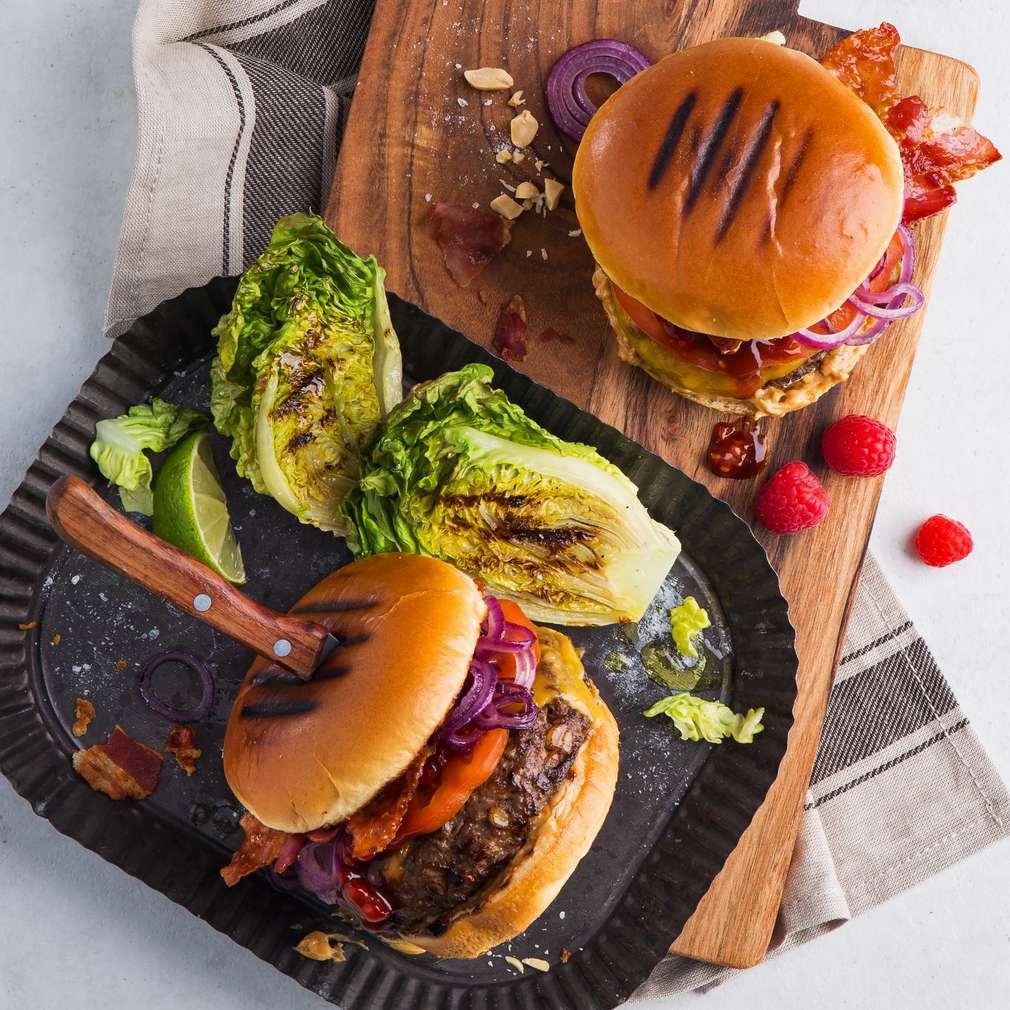 Abbildung des Rezepts Erdnussbutter-Burger mit gegrilltem Romanasalat