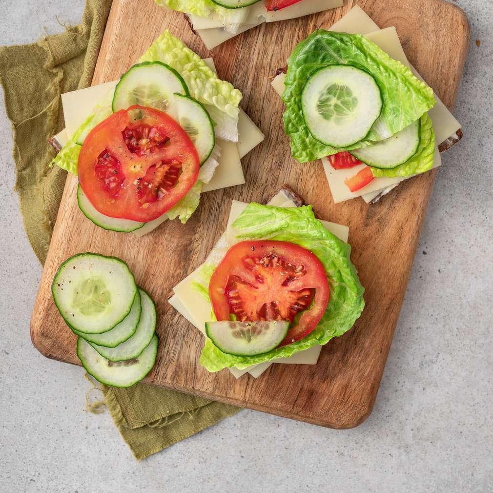 Zobrazit Obložený celozrnný chléb se sýrem a zeleninou receptů