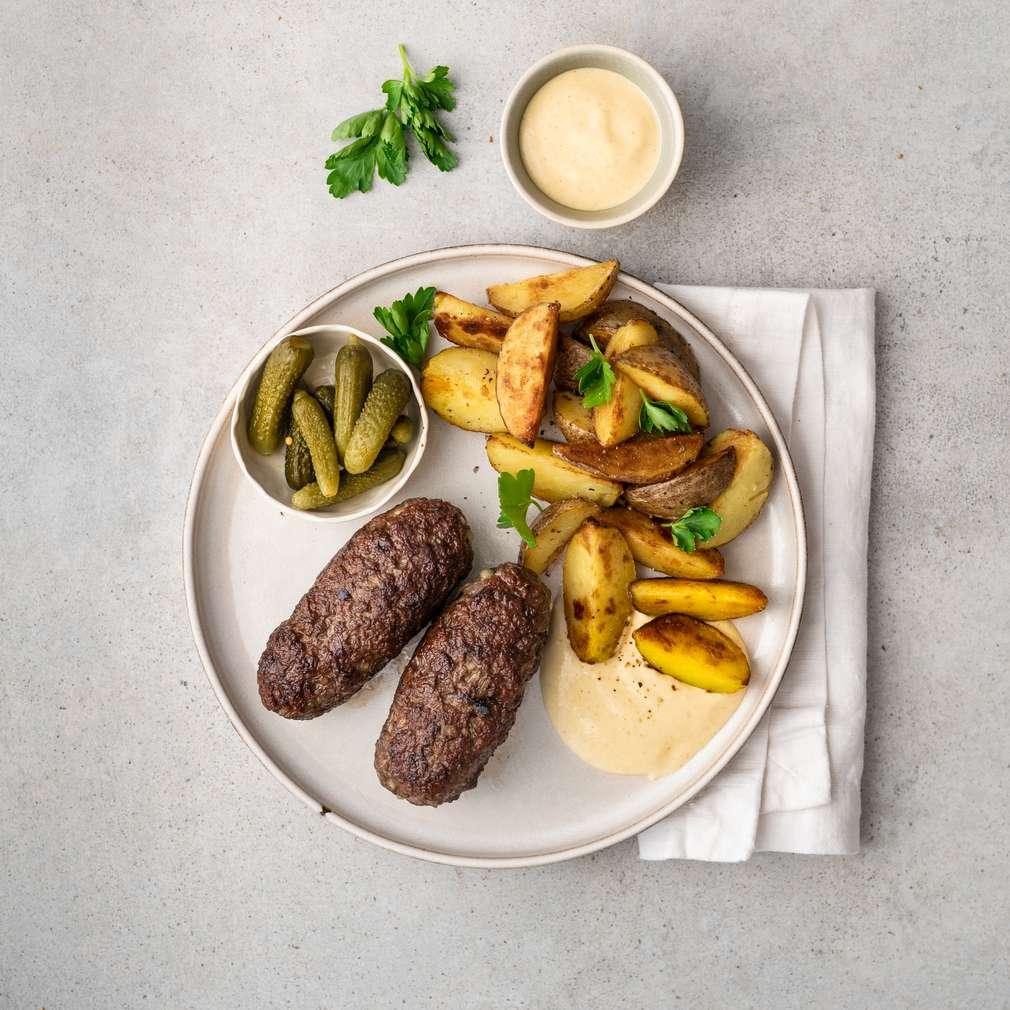 Zobrazit Čevapčiči s pečenými bramborami a hořčičným dresingem receptů