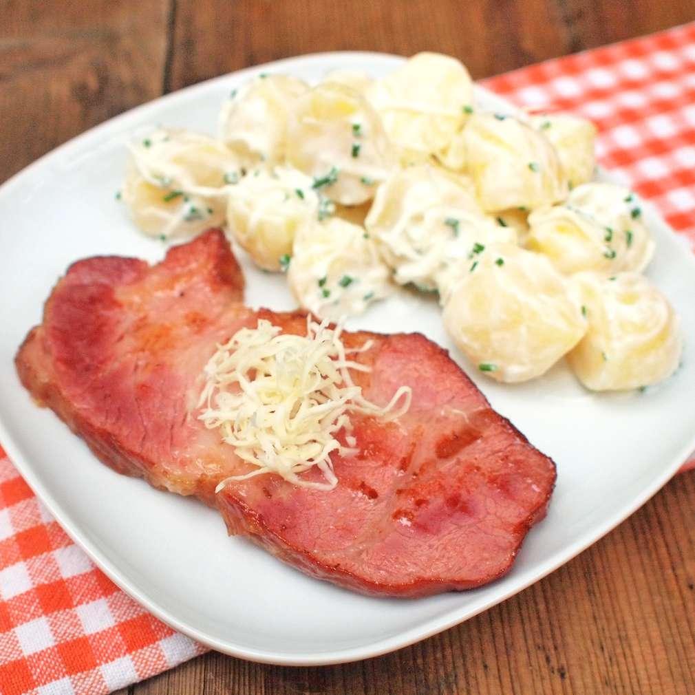 Zobrazit Uzená krkovice s křenovým bramborovým salátem receptů