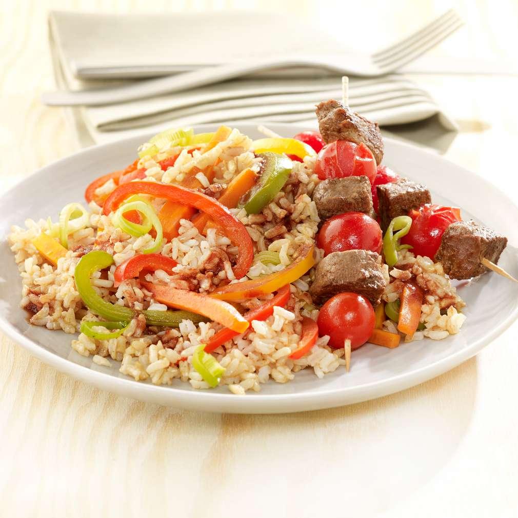 Abbildung des Rezepts Bunte Reis-Gemüsepfanne mit Rinderfilet-Tomaten-Spießen