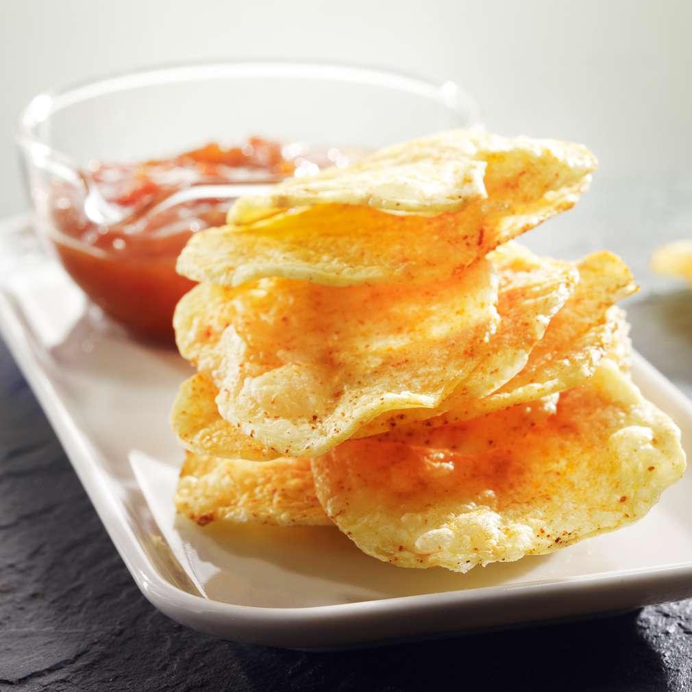 Abbildung des Rezepts Knusprige Kartoffelchips mit pikanter Salsasoße