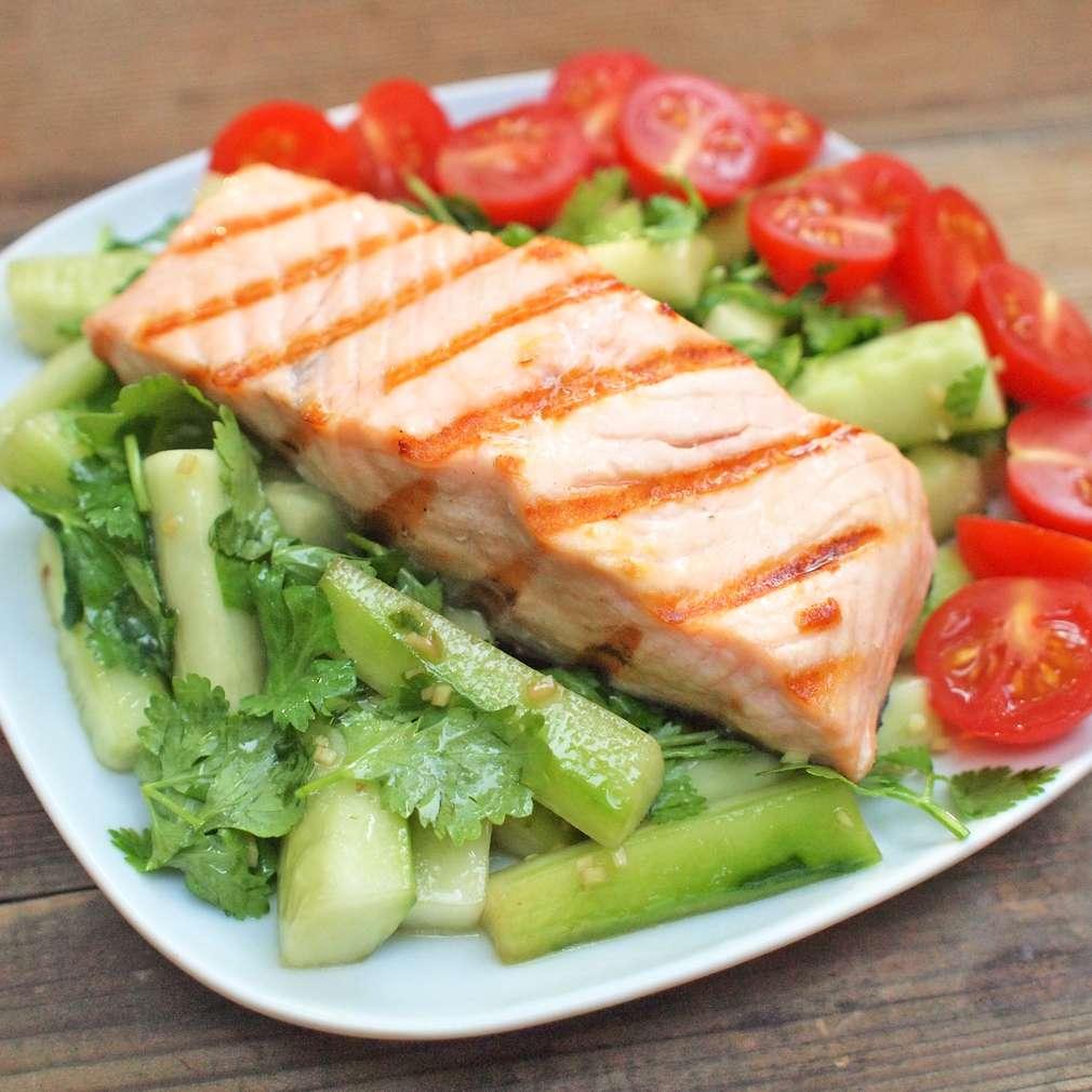 Zobrazit Grilovaný losos s okurkovým salátem receptů