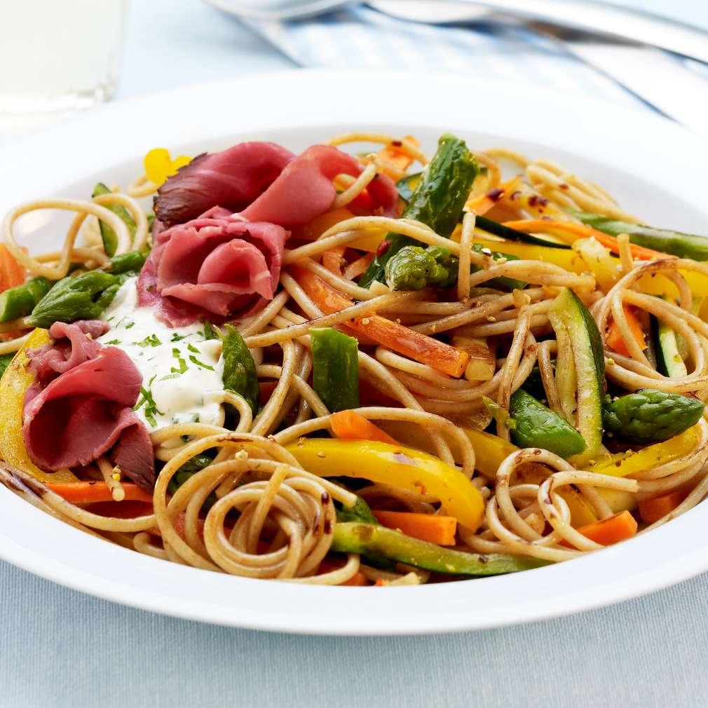 Abbildung des Rezepts Gemüse-Spaghetti mit Roastbeefstreifen
