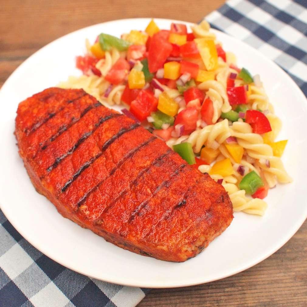Zobrazit Pikantní vepřový steak s těstovinovým salátem receptů