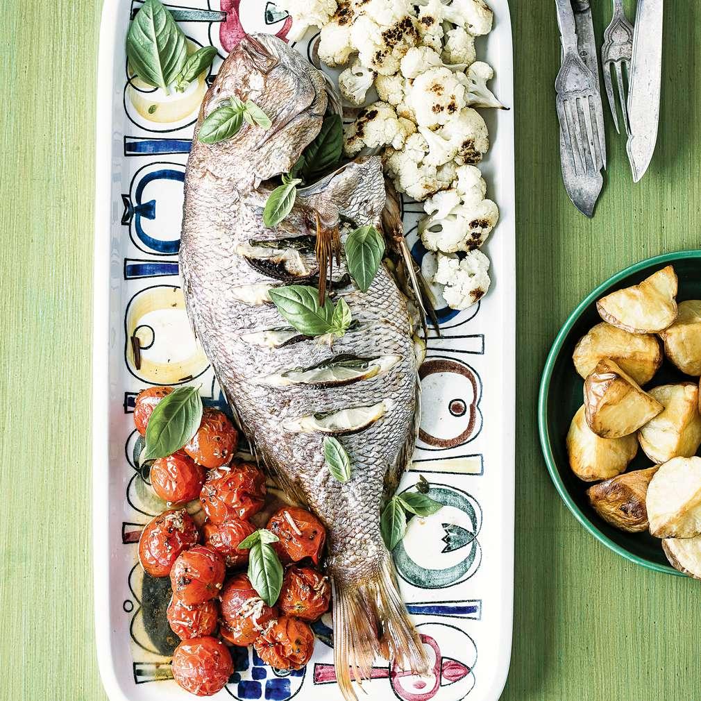 Imaginea rețetei Pește întreg copt, cu umplutură de busuioc