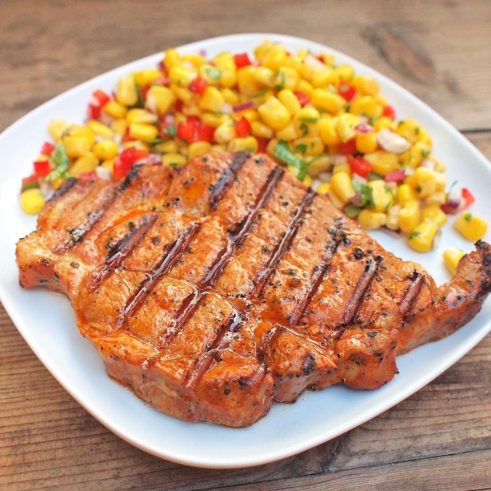Zobrazit Pikantní vepřový steak s kukuřičným salátem receptů