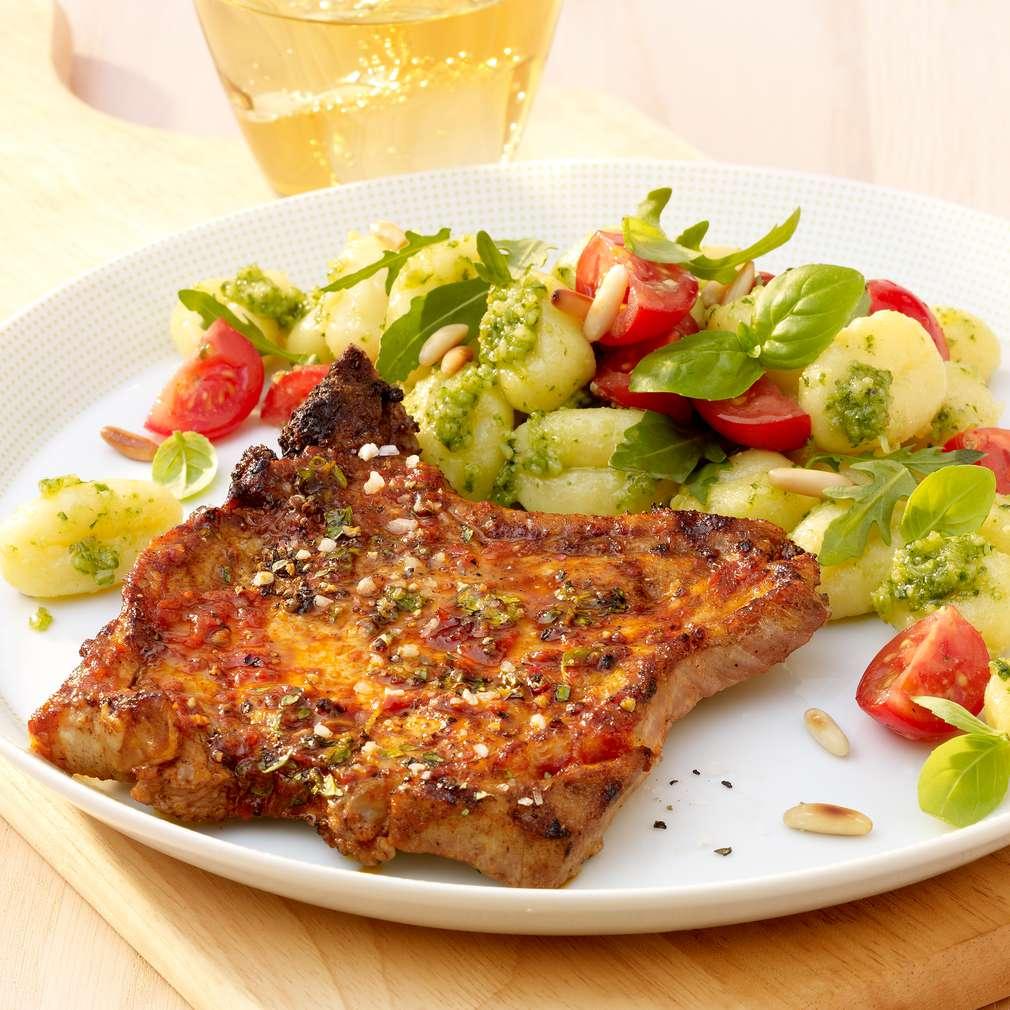 Abbildung des Rezepts Würzige Schweinekoteletts mit Gnocchi-Salat