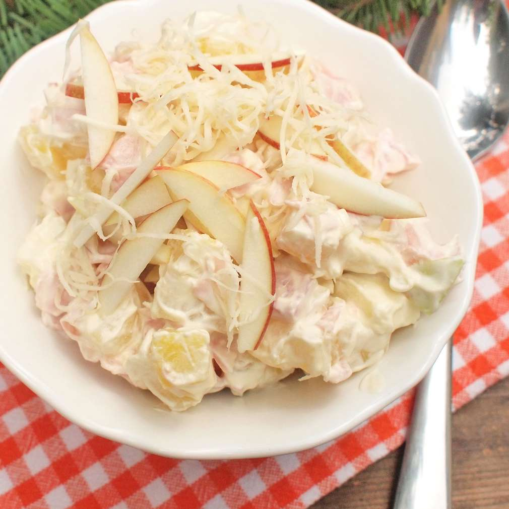 Zobrazit Lehký bramborový salát s uzeným masem, křenem a jablky receptů