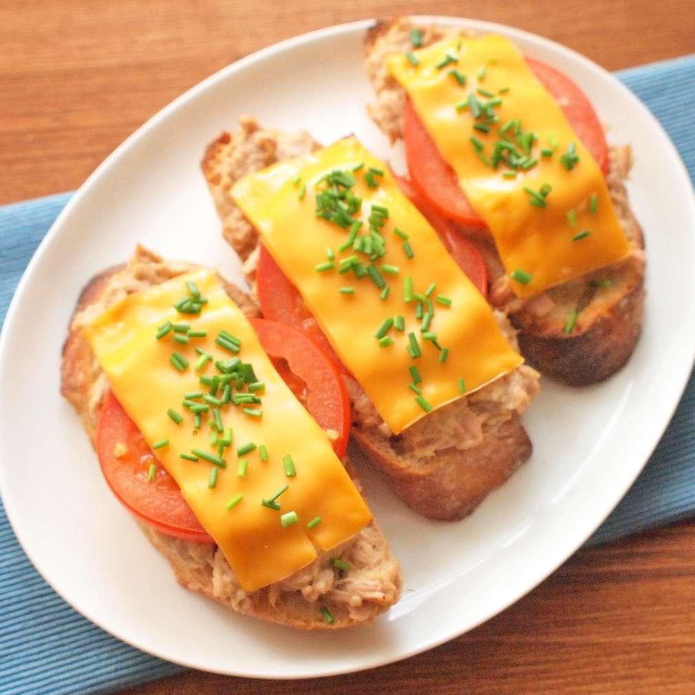 Zobrazit Zapékané toasty s tuňákem receptů