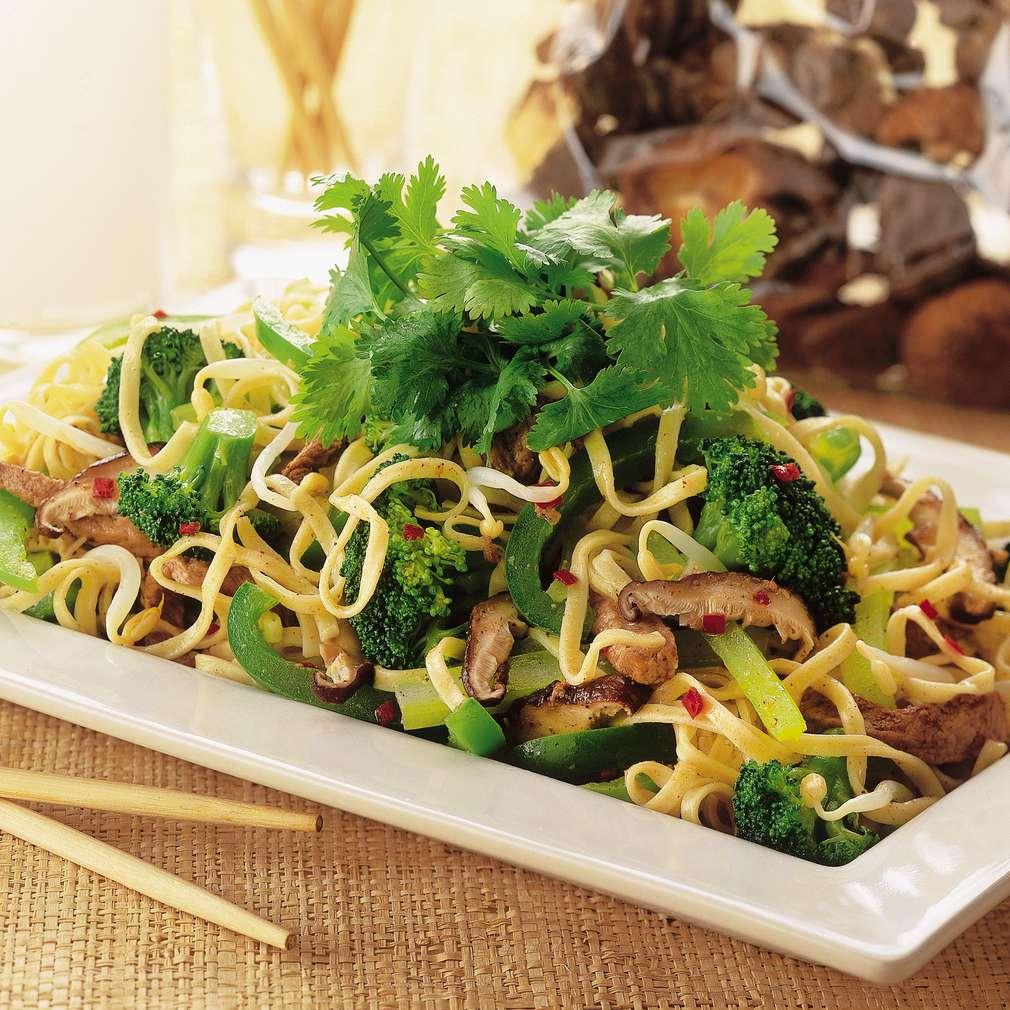 Imaginea rețetei Chow mein, în stil Hong-Kong, cu porc și verdețuri