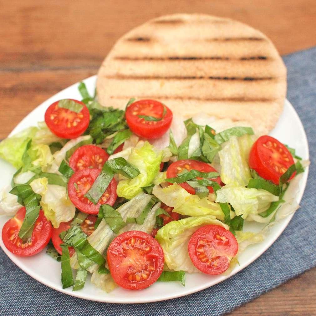 Zobrazit Grilovaná pita s rajčaty a ledovým salátem receptů