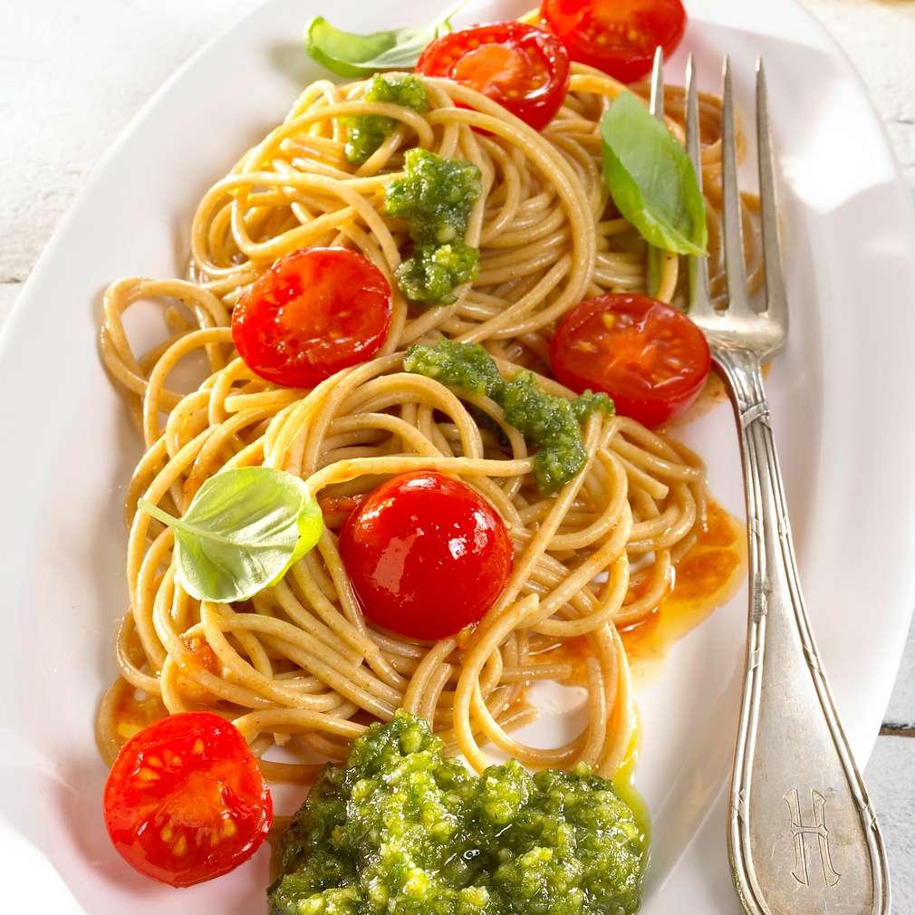 Abbildung des Rezepts Vollkornnudeln mit Nusspesto und karamellisierten Tomaten
