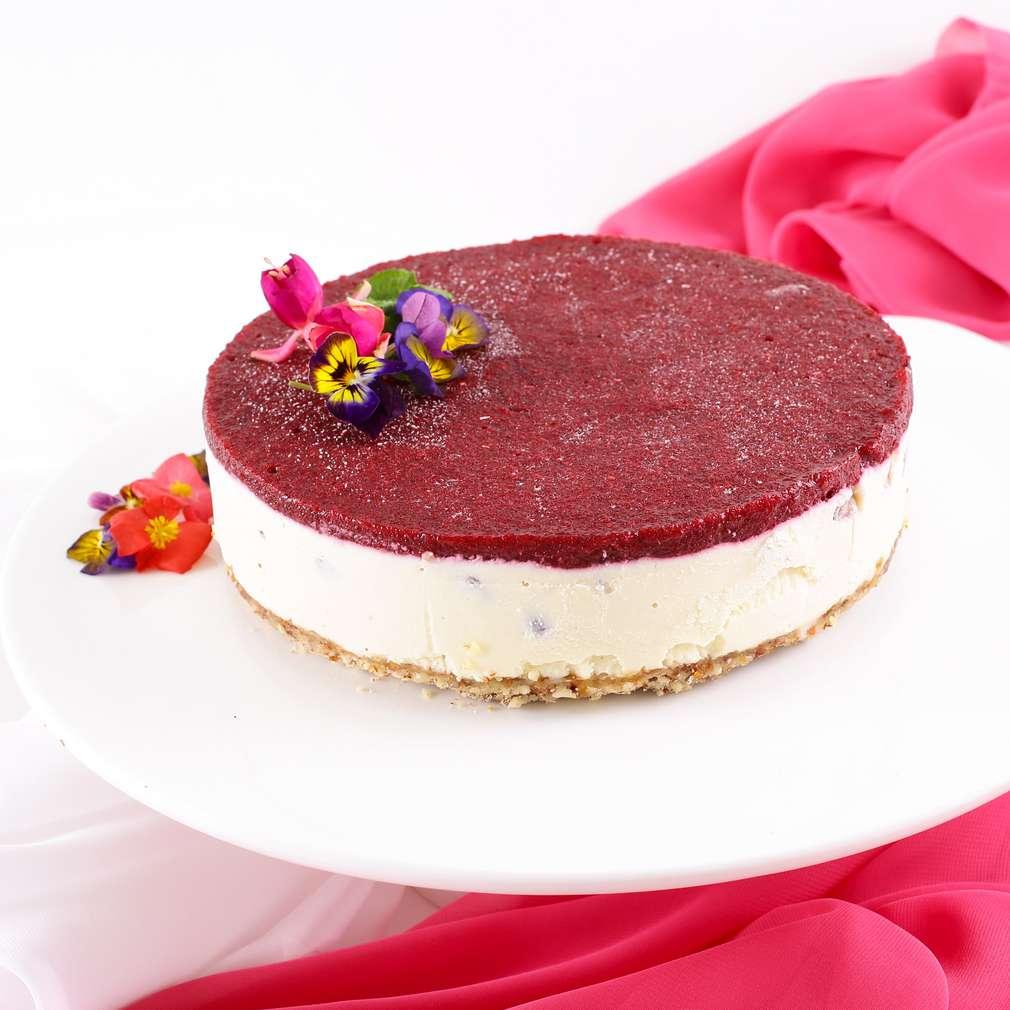 Imaginea rețetei Cheesecake raw vegan cu fructe de pădure și rodie