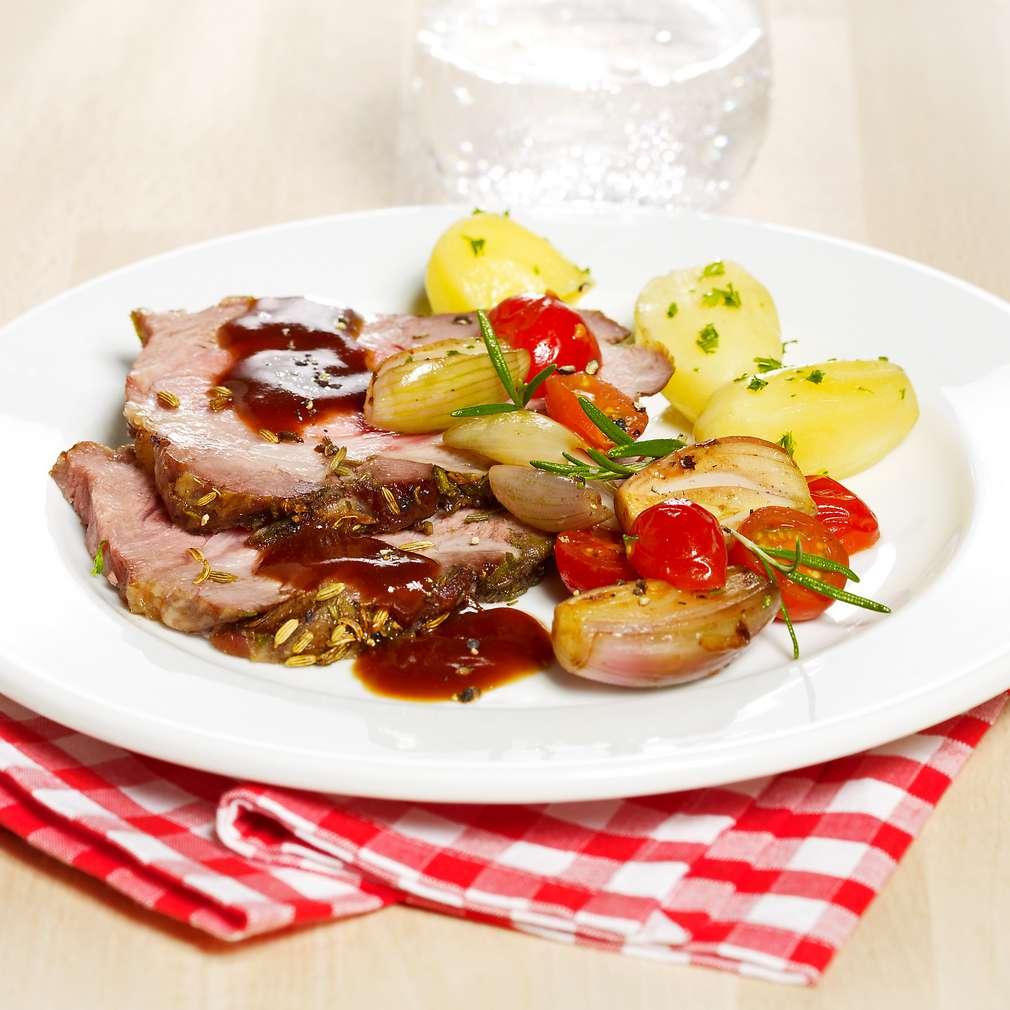 Abbildung des Rezepts Gekräuterter Schweinebraten mit Tomaten-Schalotten-Gemüse