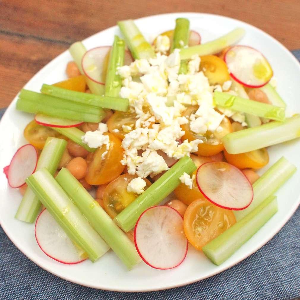 Cizrnový salát s celerem