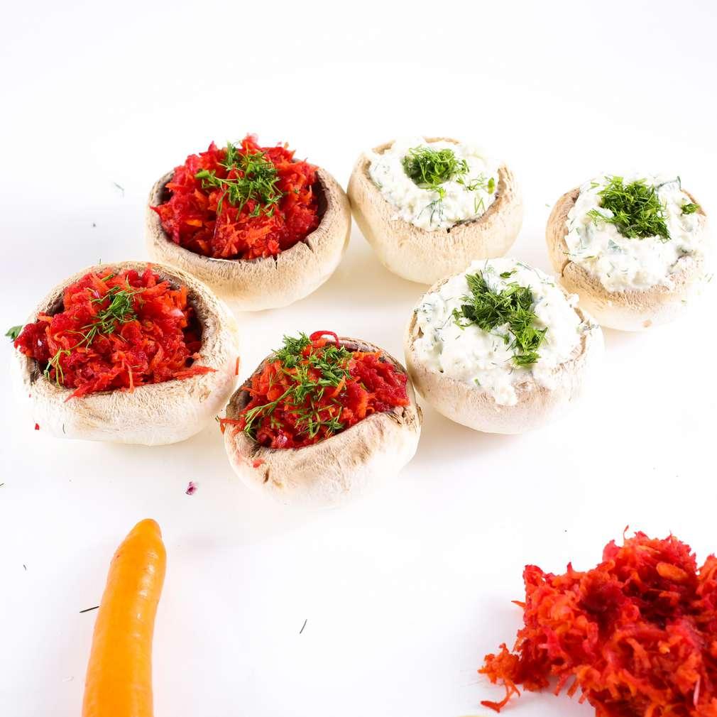 Imaginea rețetei Ciuperci umplute cu brânză de caju și sfeclă roșie