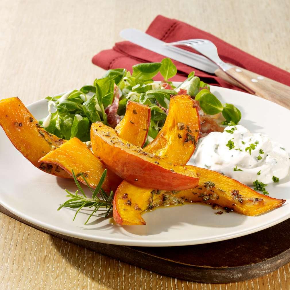 Abbildung des Rezepts Kürbisspalten vom Blech mit Salat