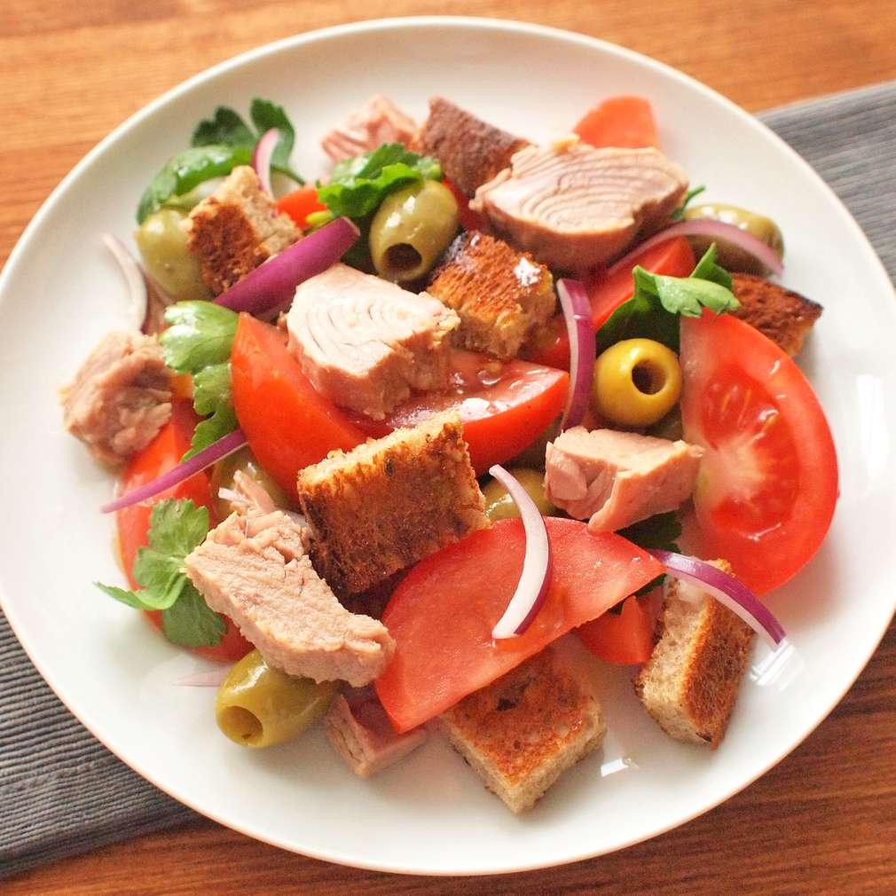 Zobrazit Tuňákový salát s chlebovými krutony receptů