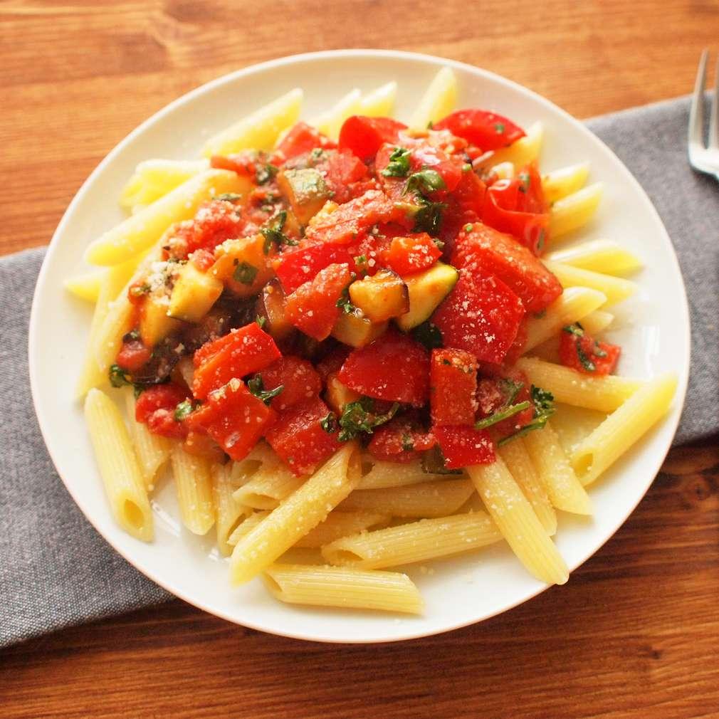 Zobrazit Pečená provensálská zelenina s těstovinami receptů