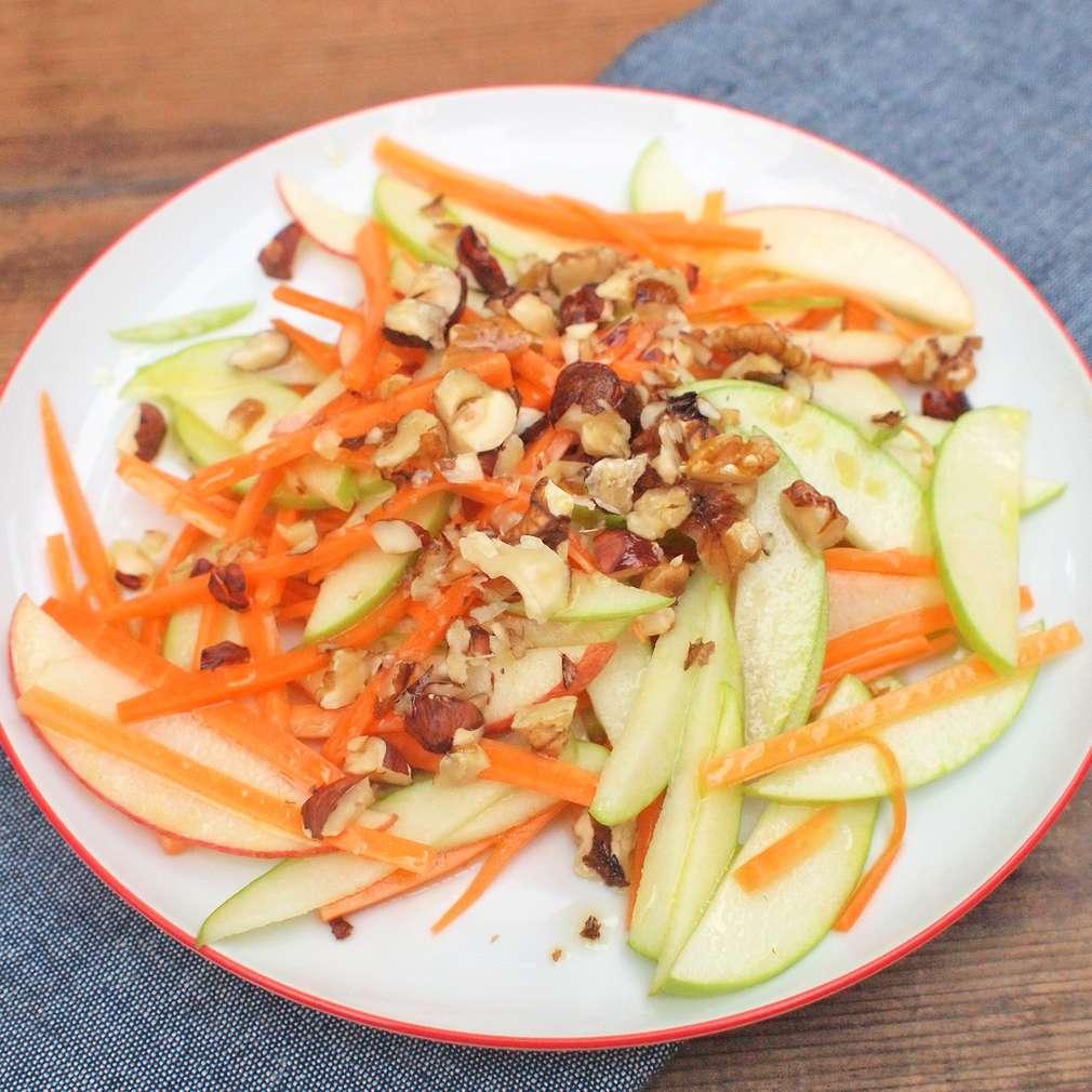 Zobrazit Jablkový salát s ořechy receptů