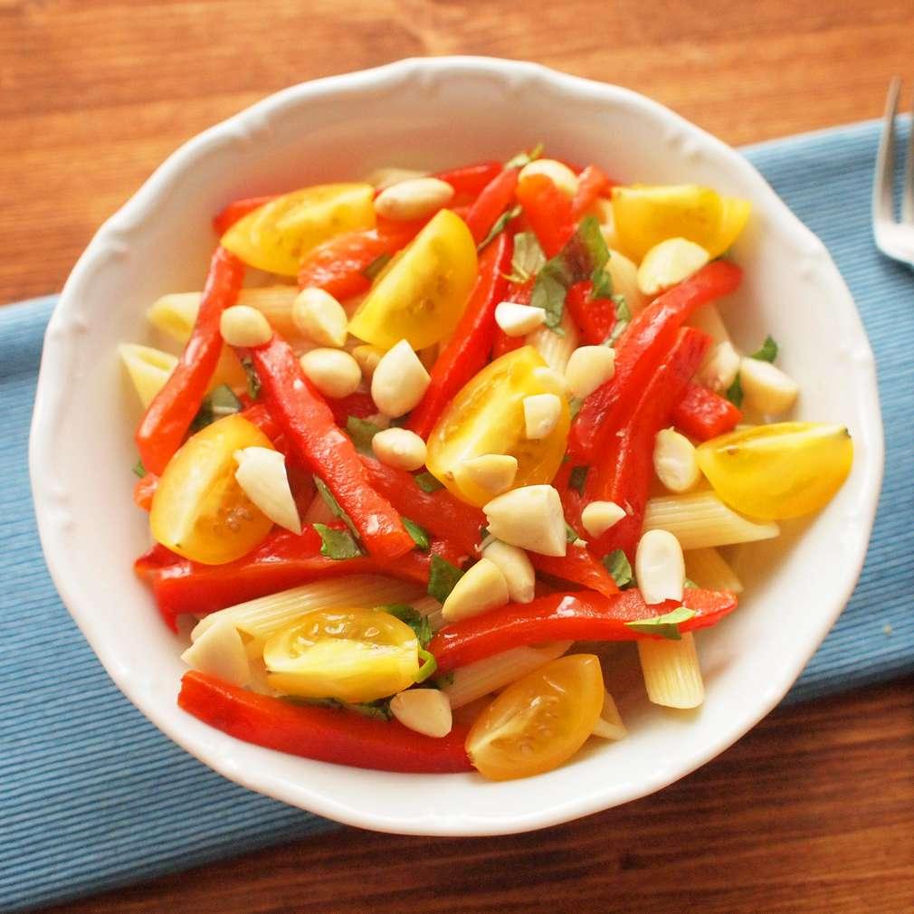 Zobrazit Těstovinový salát s pečenými paprikami receptů