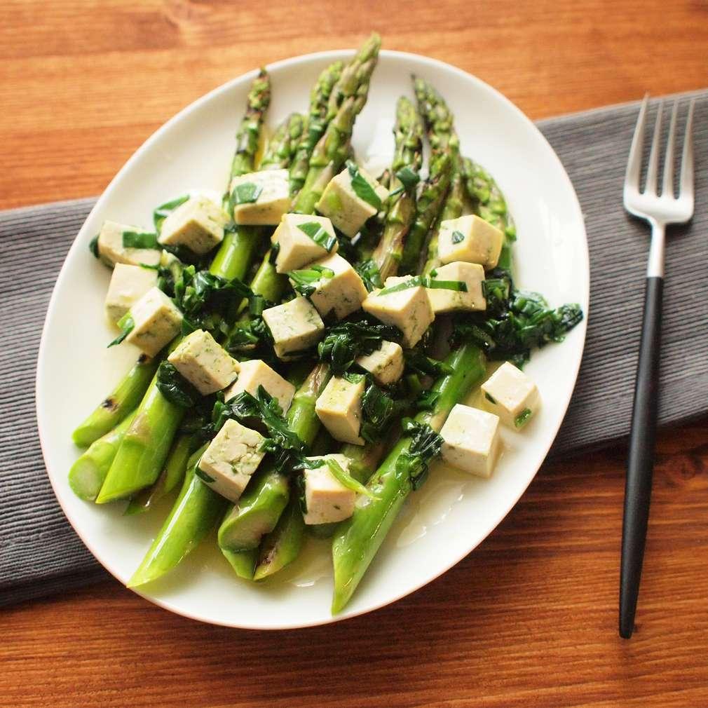 Zobrazit Grilovaný chřest s tofu a medvědím česnekem receptů