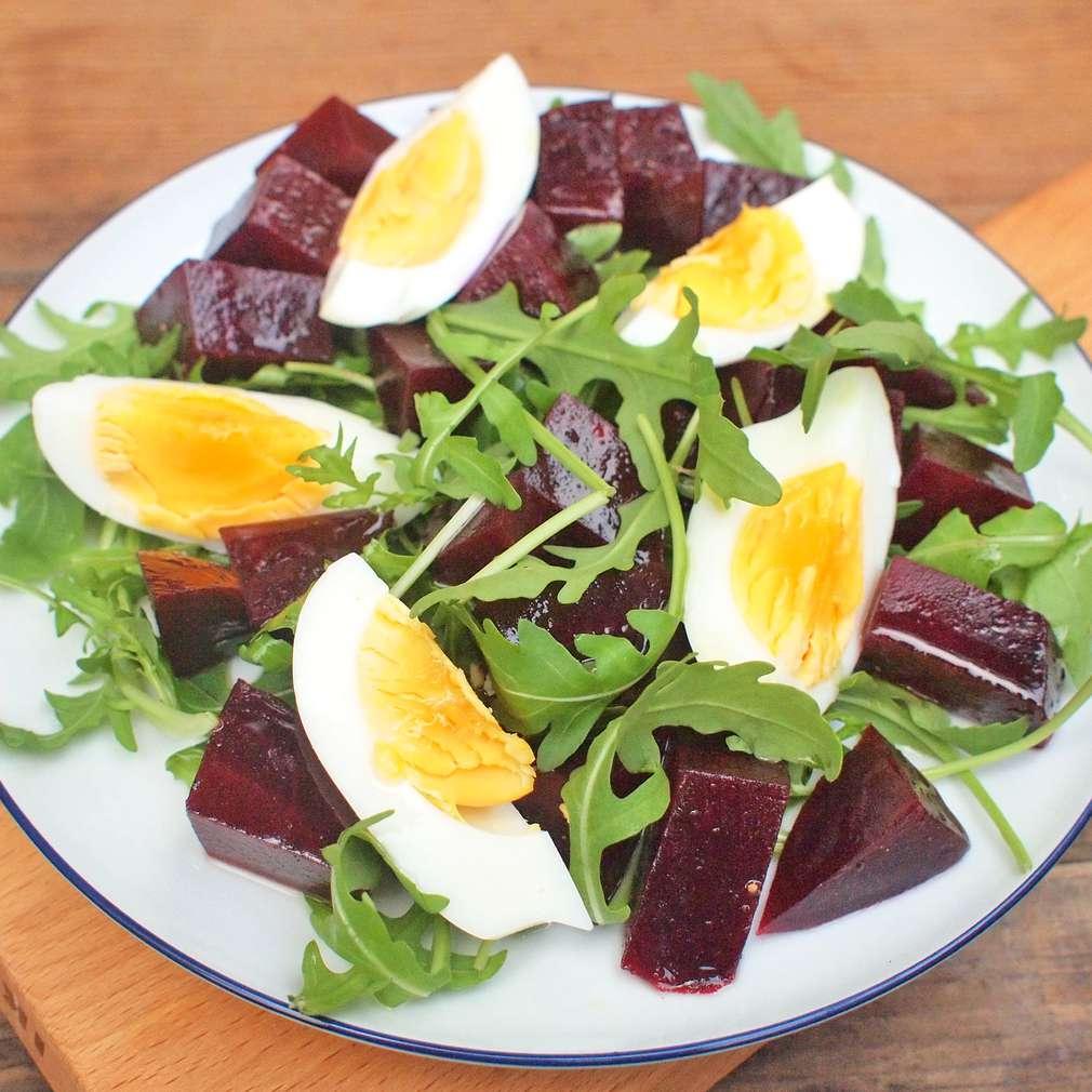 Zobrazit Řepný salát s rukolou a vejci receptů
