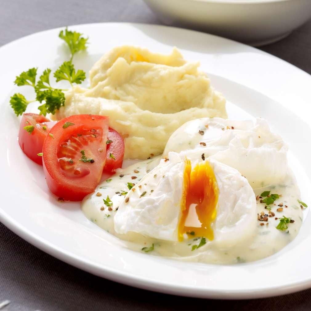 Abbildung des Rezepts Pochierte Eier mit Kräutersoße und Kartoffelstampf