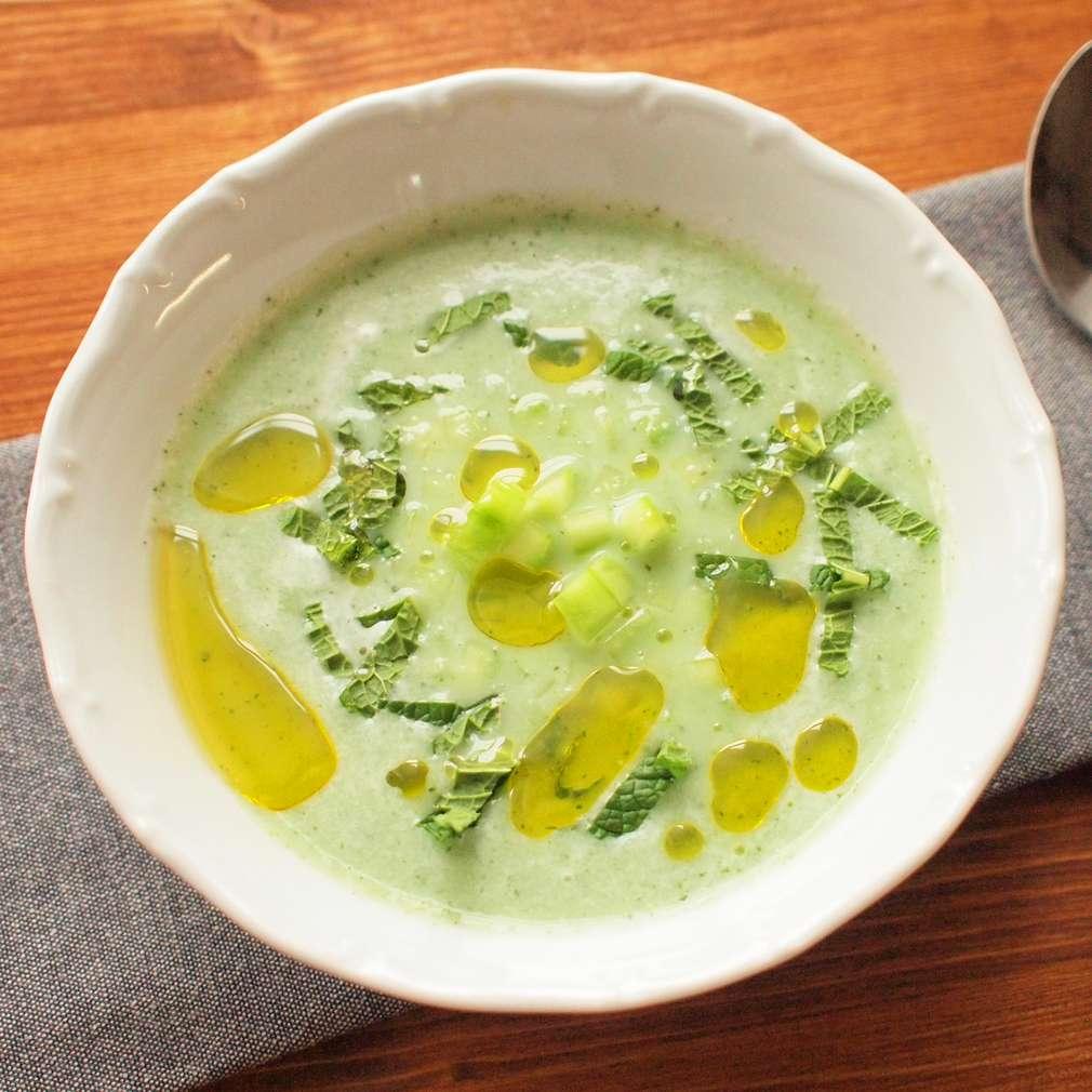 Mátová okurková polévka