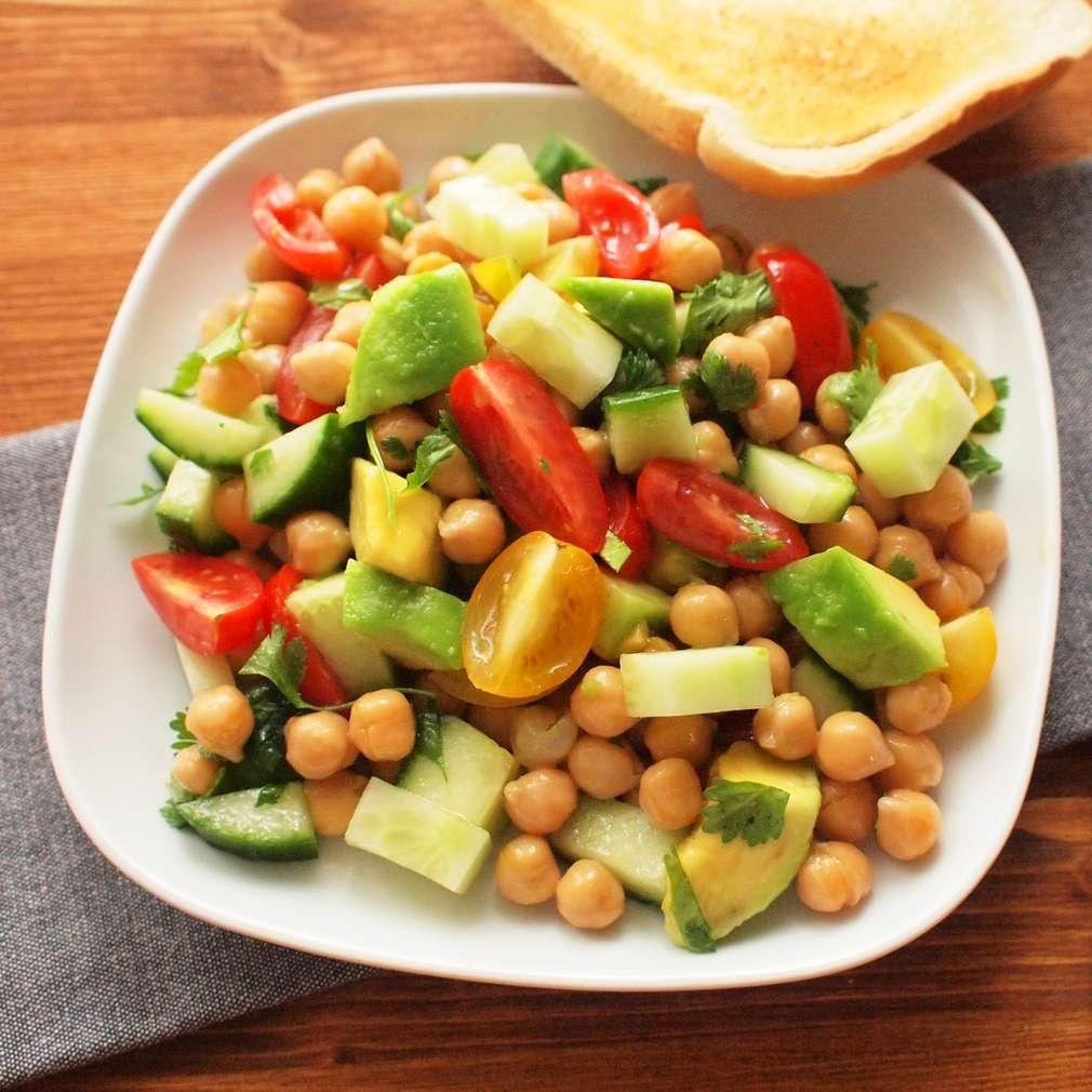 Zobrazit Cizrnový salát s okurkou a avokádem receptů