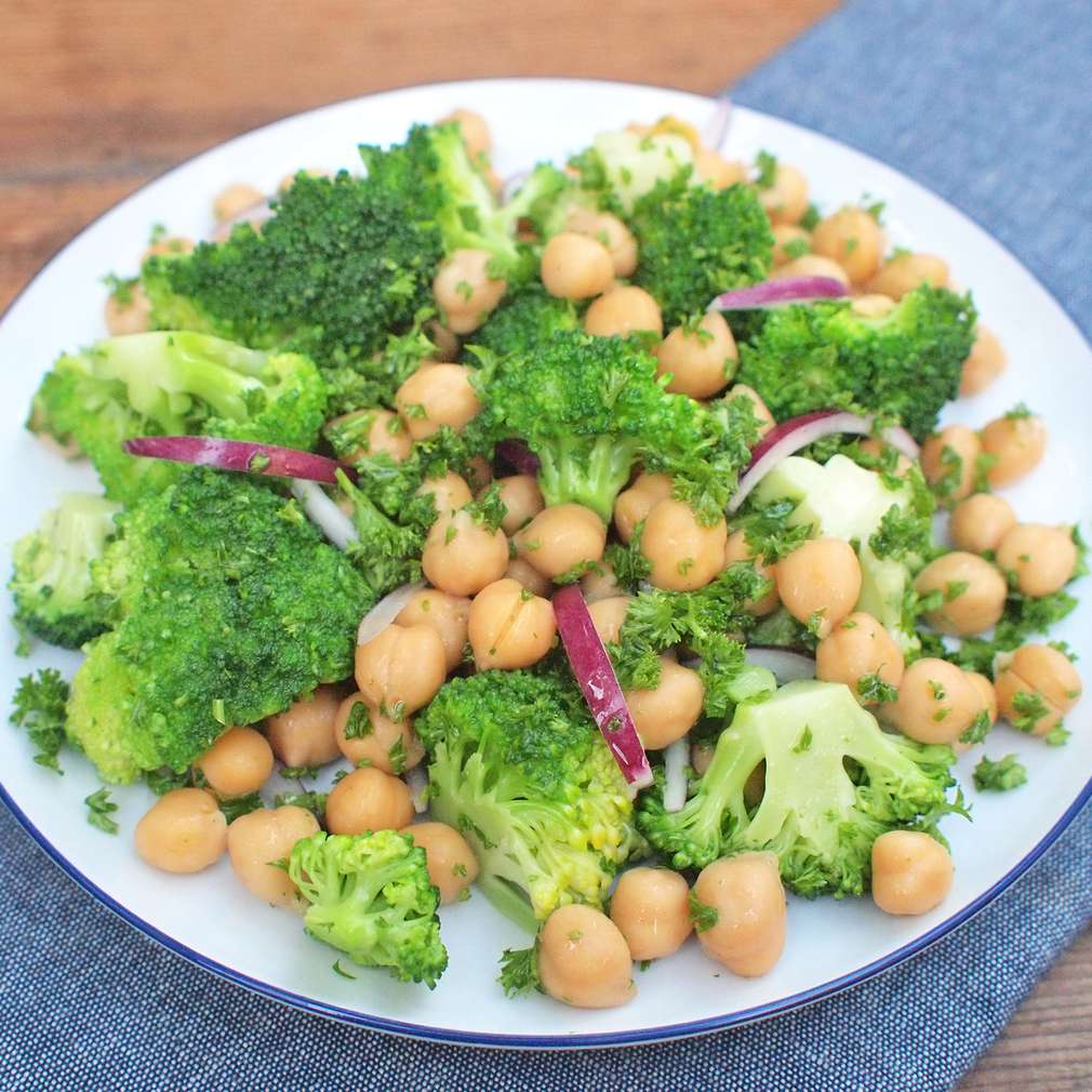 Zobrazit Brokolicový salát s cizrnou receptů