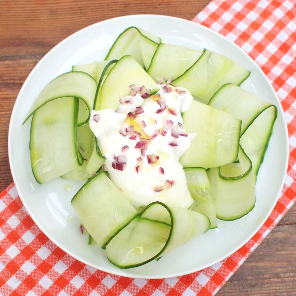 Zobrazit Okurkový salát s kozím jogurtem receptů