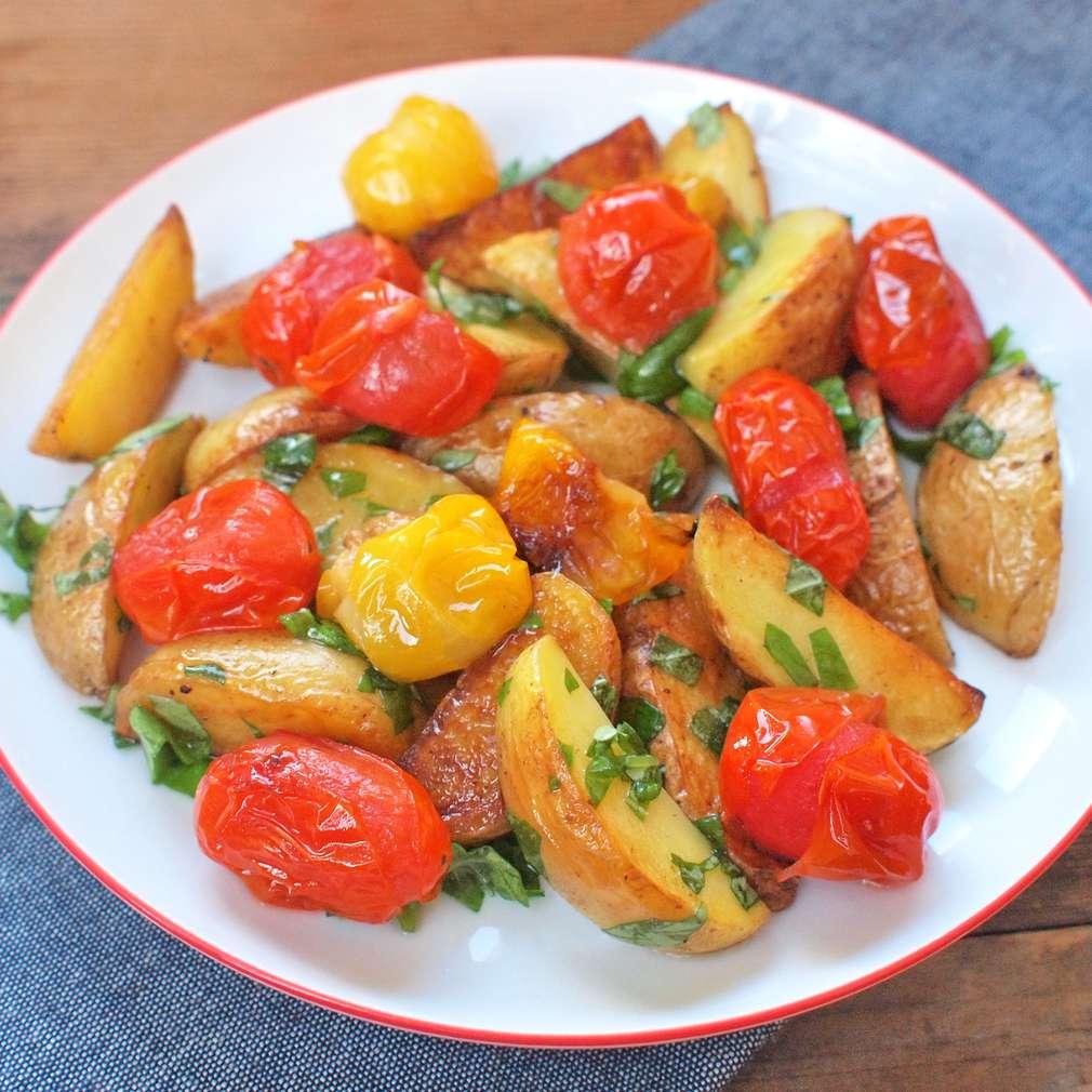 Zobrazit Pečené brambory s rajčaty receptů