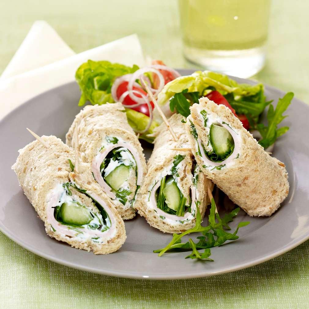 Zobrazit Rychlé sendvičové rolky s krůtí šunkou a okurkou receptů