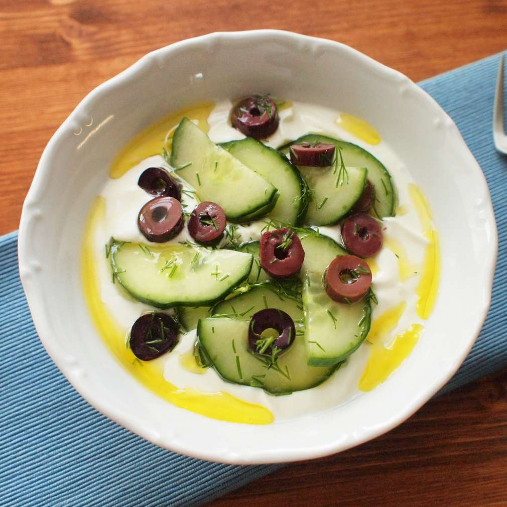 Zobrazit Jogurtová miska s okurkou a olivami receptů