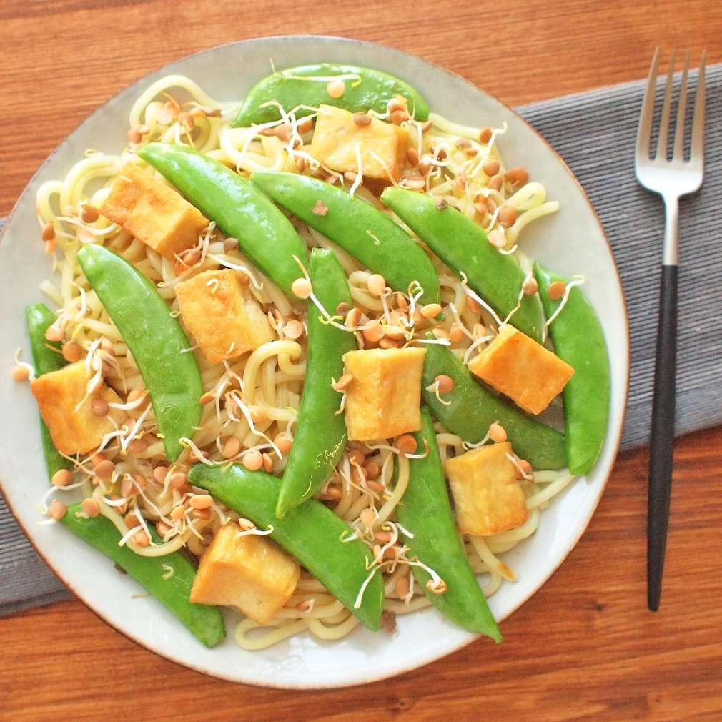 Zobrazit Rýžové nudle s tofu a luskovým hráškem receptů