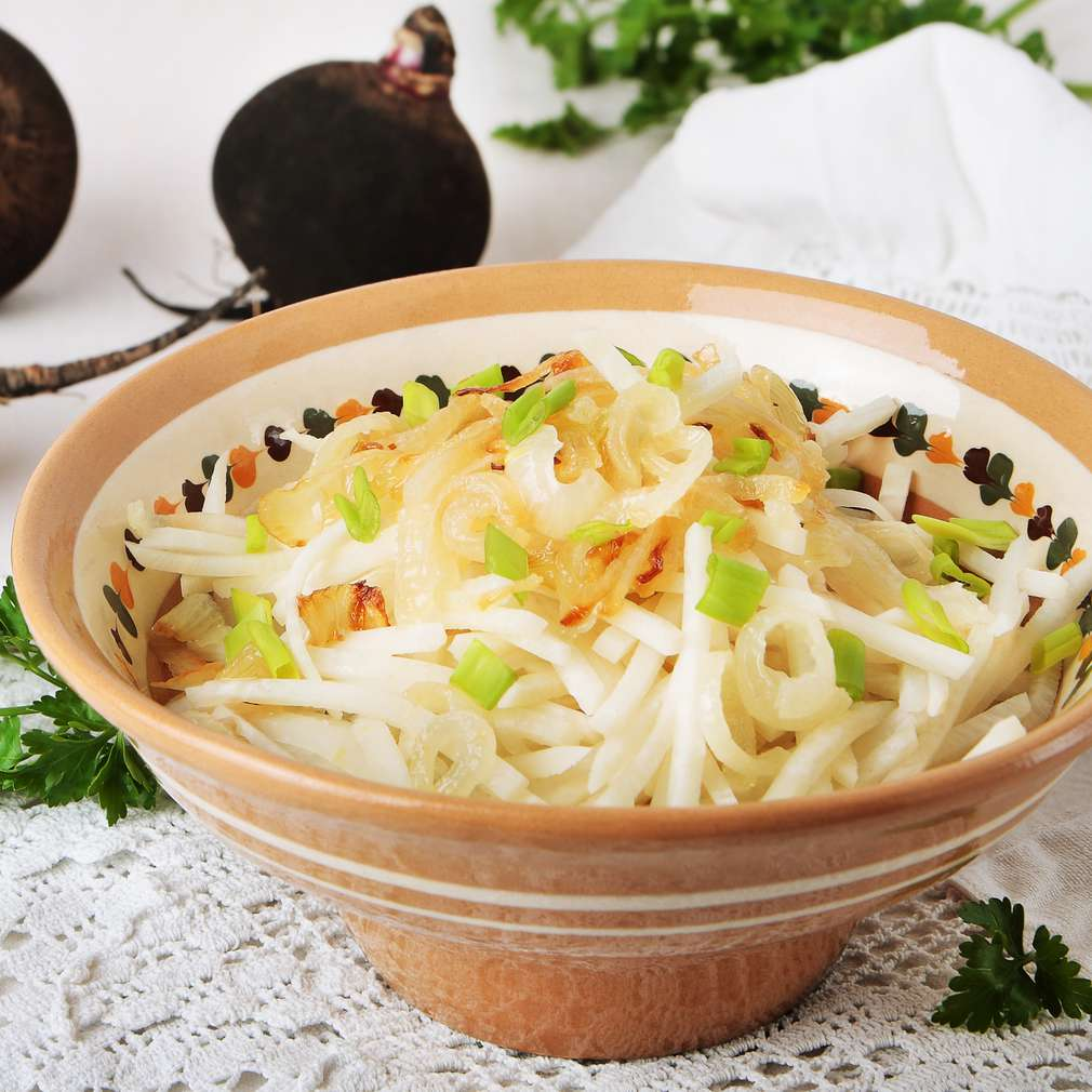 Salată de ridichi negre cu ceapă prăjită