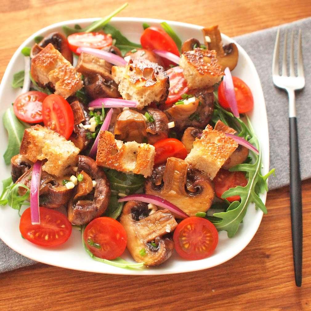 Chlebový salát s pečenými žampiony