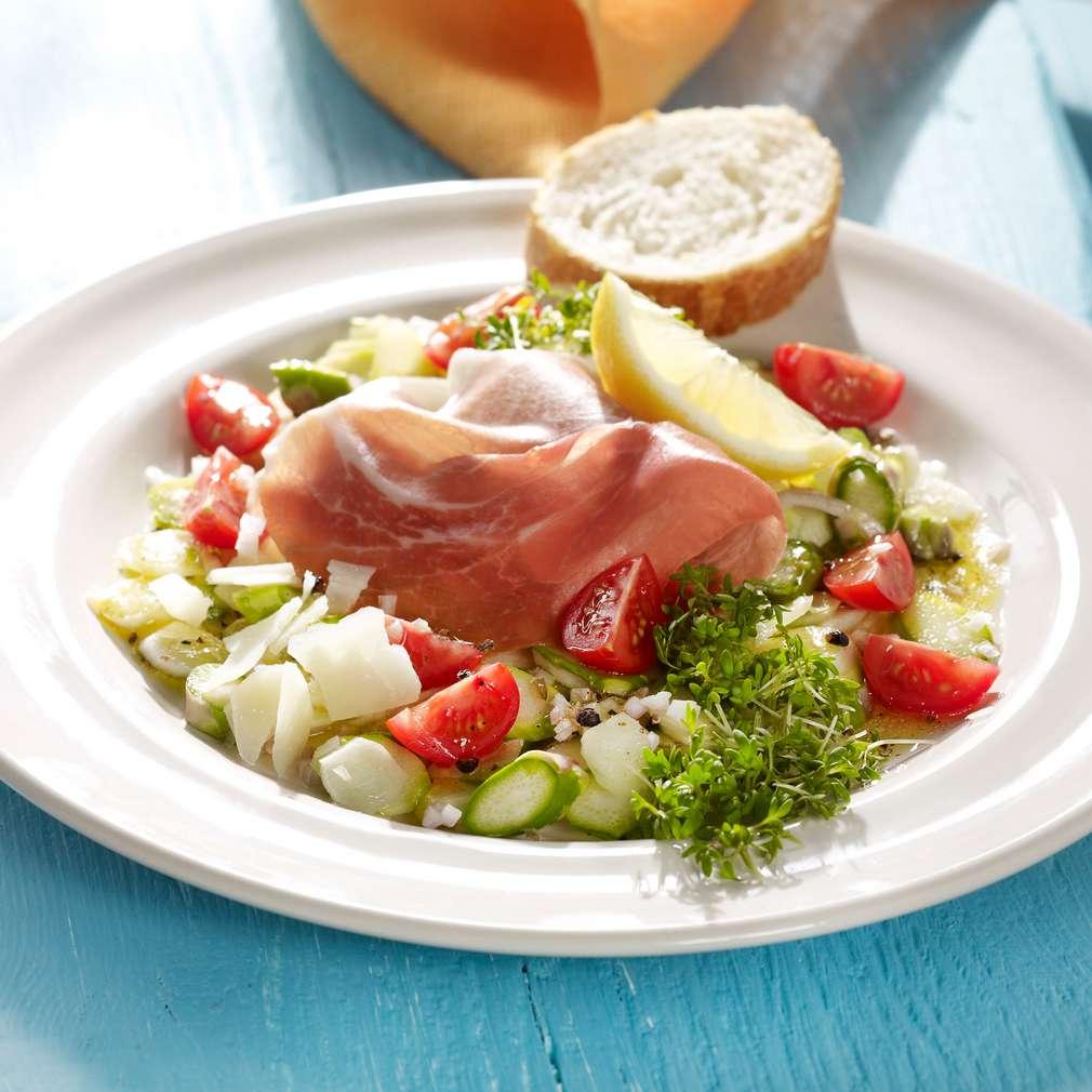 Zobrazit Chřestový salát se sušenou šunkou a rajčaty receptů